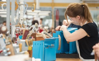 2016年4月1日,愛馬仕第15家皮具工廠在法國Franche-Comté地區的城鎮Héricourt正式剪綵開工了,圖為該廠內的皮革工匠正在製作愛馬仕皮包。(SEBASTIEN BOZON/AFP/Getty Images)