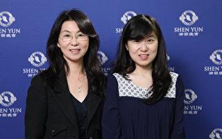 首度观赏神韵的企业董事长罗晓燕与女儿。(李贤珍/大纪元)