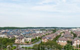 負利率使不少日本家庭蠢蠢欲動,開始考慮購買新居。但東京等在大都市的房價持續保持著上升的趨勢。讓家庭遲疑不決。有專家表示,郊外房市上漲遲緩,郊外購房也是一個選擇。圖為日本郊外常見的別墅群(牛彬/大紀元)
