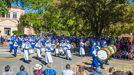 """2016年4月16日,美国加州大学戴维斯分校(UC Davis)举行了第102届""""野餐节""""(Picnic Day)。图为""""天国乐团""""。(马有志/大纪元)"""