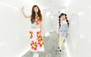 魏如昀(左)请来欧阳娣娣跨刀演出新歌MV。(动静音乐提供)