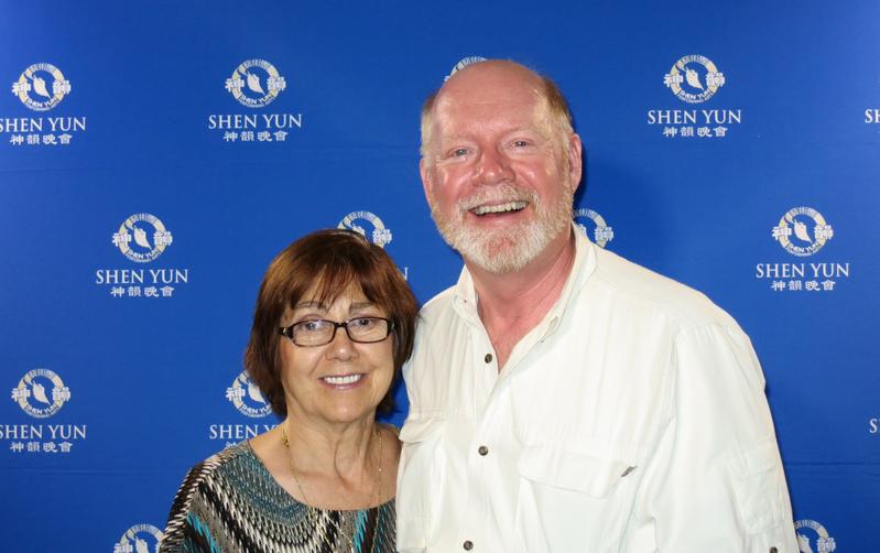加州迪斯尼樂園所在的安納罕市副市長Lucille Kring和先生Ron Kring觀看了4月17晚神韻紐約藝術團在橙縣表演藝術中心的最後一場演出後表示,這是她一生看過的最美演出。(任一鳴/大紀元)