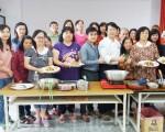 集集鎮長陳紀衡到和平里活動中心為參加高齡健康料理培訓的學員加油打氣。(林萌騫/大紀元)