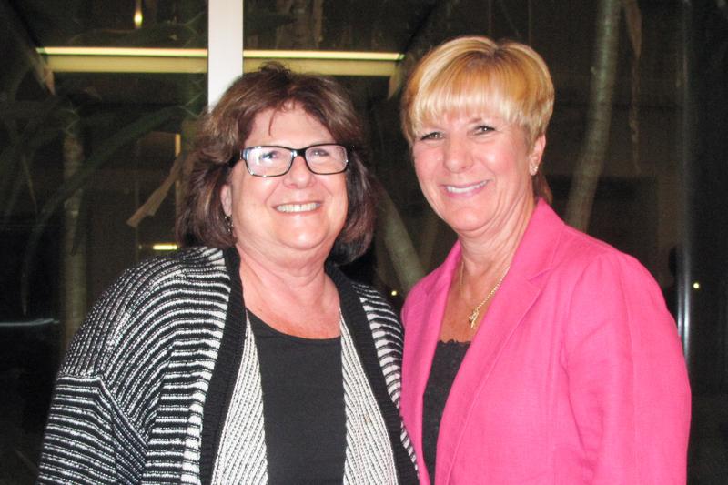 荷里活動畫藝術家Jean Gillmore和母親Barbara一同觀賞了4月19晚的神韻演出,深受啟發。(劉菲/大紀元)