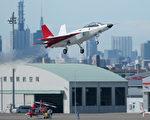 日本首架國產匿蹤戰機驗證機22日順利從愛知縣營名古屋機場試飛。(JIJI PRESS/AFP)