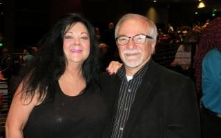 "Danny Mastren先生和Rae Sanchez女士观看了神韵纽约艺术团在美国加州洛杉矶微软剧院(Microsoft Theater)的首场演出后表示:""舞蹈美妙绝伦,高贵华丽,令人赏心悦目。""(李旭生/大纪元)"