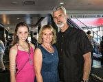 芭蕾舞演員Jacqueline Thomas(左)和父母觀看了4月23日下午在洛杉磯市微軟劇院(Microsoft Theater)舉行的神韻演出。(李旭生/大紀元)