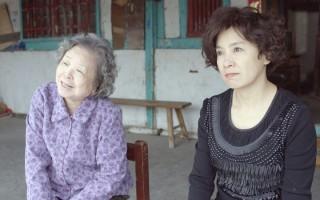 《药笑24小时》剧照,梅芳、谢丽金(右)。(公视提供)