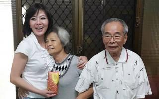 台湾艺人小潘潘登门感谢拾金不昧的南投县68岁妇人黎阿美。(小潘潘脸书)
