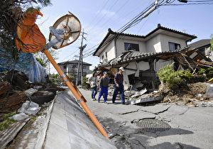 日本熊本县益城町14日遭规模6.5强震袭击,多处民宅损坏,马路龟裂隆起,路灯也倒塌。(共同社提供)