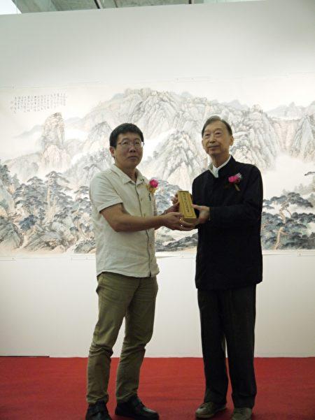 周澄教授捐赠作品《胸中诗意图卷》予宜兰美术馆。(宜兰文化局提供)