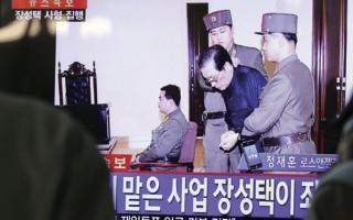 2013年12月9日,朝鲜公布张成泽在劳动党会议上被警卫当场拖离座位的现场画面。12日随即被处死。(AFP)
