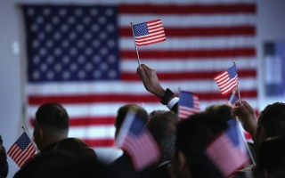 美国总统大选共和党参选人川普及科鲁兹,对移民采取较不友善的立场,然而,根据最新民调显示,大部分美国民众认为移民对美国社会有利。(John Moore/Getty Images)