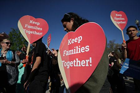 最高法院4月18日舉行移民令聽證會,圖為場外舉標語的支持民眾。(Alex Wong/Getty Images)