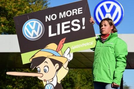 一名民众举着请大众汽车公司不要再说谎的标语。(JOHN MACDOUGALL/AFP/Getty Images)
