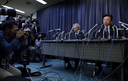 周三(4月20日)日本三菱汽车社长相川哲郎(Tetsuro Aikawa)举行记者会,承认在汽车油耗测试中作弊。(Tomohiro Ohsumi/Getty Images)