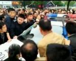 4月26日,湖南省益陽市南縣三仙湖鎮多個村的上千村民遊行示威,抗議政府強行建大型垃圾焚燒發電項目,並要求釋放當天凌晨抓走的6名維權代表,村民一度掀翻警車。(網絡圖片)