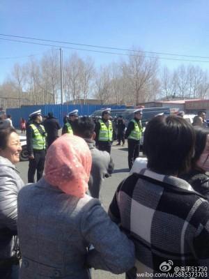 4月9日,内蒙古通辽市扎鲁特旗阿日昆都楞镇200余名牧民游行示威,抗议霍林河铝厂长期污染环境,遭警察镇压。(网络图片)