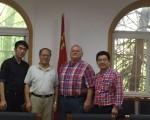 武汉大学医学院领导和中外教育专家在医学院的合影。(商家提供)