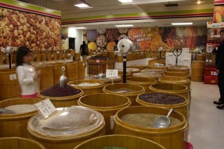 充滿濃郁波斯風情和中東特色的堅果、香料和豆類專賣區足以讓每位顧客眼球在此定格。大大小小的木桶由內而外散發著最健康純正的味道。安薩爾超市將充滿獨特香料氣味的中東市集搬到了美國,讓您實現多品種高品質的香料、堅果和豆類一站式採購。(商家提供)
