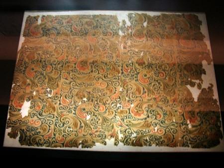 在馬王堆漢墓一號坑出土的梭織絲綢紡織品。(drs2biz/維基百科)