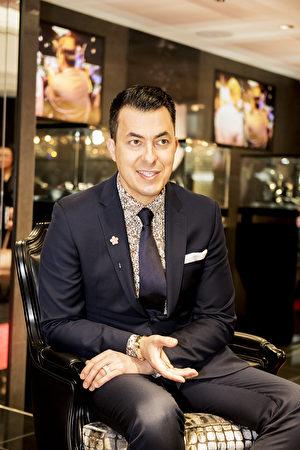 珠宝设计师Jason Arasheben,Jason of BeverlyHills 品牌的CEO。Jason在大学期间设计和制作的银饰品大获好评,2002年创建了自己梦寐以求的时尚奢华定制珠宝品牌Jasonof Beverly Hills。(野上浩史/大纪元)