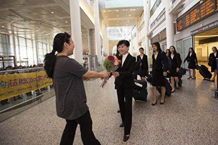 神韻粉絲們等待在多倫多皮爾森機場大廳,迎接神韻藝術家到訪多倫多(艾文/大紀元)