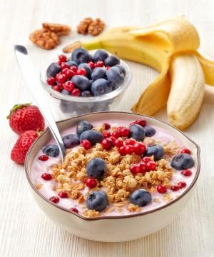 一份營養均衡的早餐:酸奶加麥片和漿果, 能幫助促進腸道消化功能。(Fotolia)