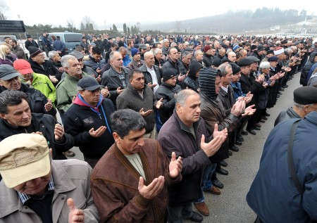 Citizens of Sarajevo and family members pray during the burial 2014年1月7日,塞拉耶佛市民参加米索的丧礼,默默致敬。(ELVIS BARUKCIC/AFP/Getty Images)