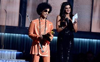 王子(左)2015年2月8日在洛杉矶葛莱美颁奖典礼上。(Kevork Djansezian/Getty Images)