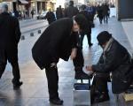 米索过世后,米索的儿子Ramiz Pasic继续其父街头擦鞋匠的工作。图为2015年1月31日的Ramiz Pasic在街头工作的情景。ELVIS BARUKCIC/AFP/Getty Images)