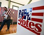 2月9日,一位美国选民走出位于新罕布什尔州的一个投票处。( JEWEL SAMAD/AFP/Getty Images)