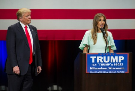 週一(4月4日),川普和他的妻子梅兰妮(Melania Trump)現身威州密爾沃基一個競選集會。梅兰妮在現場向支持者們發表講話。(Darren Hauck/Getty Images)