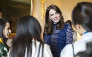 尝试蓝色波点长裙 凯特王妃再成焦点