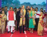 英國威廉王子和凱特王妃在印度訪問第三天。圖為王子夫婦抵達印度Tezpur機場受到熱烈懽迎。 (Dominic Lipinski - Pool/Getty Images)