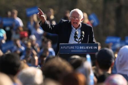 4月17日,桑德斯在纽约市布鲁克林区一个竞选集会上,对支持者发表讲话。(Spencer Platt/Getty Images)