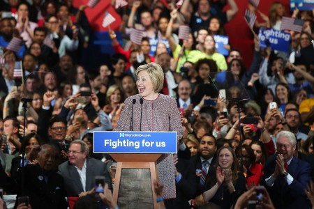 4月19日,希拉里在纽约州初选中大胜,随后发表胜选感言。 (Spencer Platt/Getty Images)