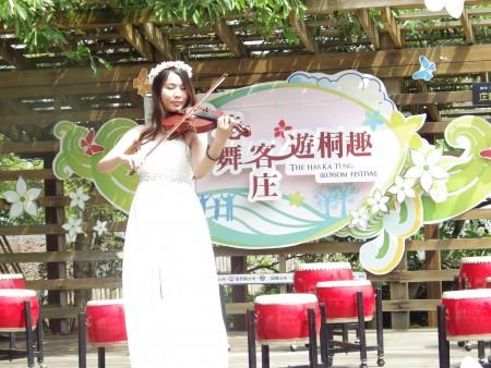 桐花仙子美妙的音乐演奏揭开今年桐花祭序幕。(廖素贞/大纪元)