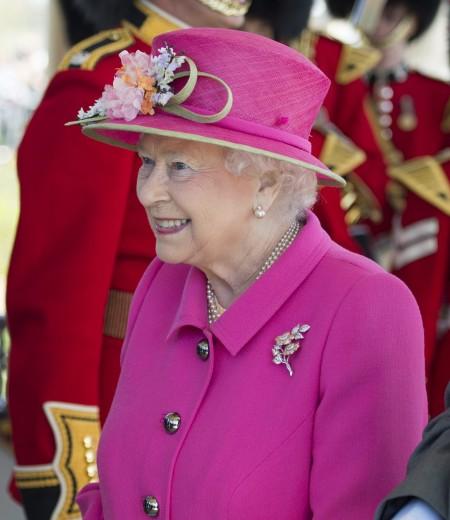 伊丽莎白女王二世在生日的前一天,接见参与设计位于英国温莎的亚历山大花园凉亭的青年人。(加通社)