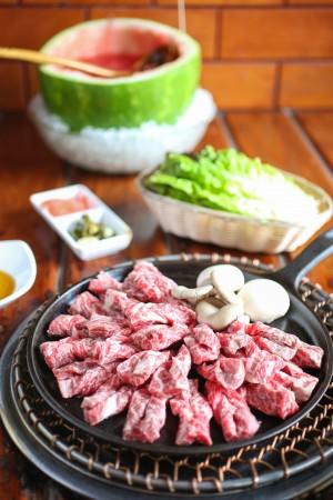 为了保证烤肉多汁不焦,朴老板还奇思妙想将牛肉切成长条状,每块在中间切开并卷成麻花状。(Benjamin Chasteen/大纪元)