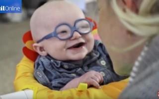 這名4個月大的寶寶患上了罕見的眼球皮膚白化症,導致視力模糊。當他戴上特製的眼鏡,首次清楚看見媽媽的面容時,不禁露出開心而純真的微笑。(youtube視頻截圖)