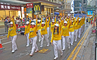 香港法輪功學員冒雨遊行 震撼大陸客