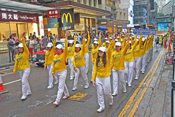 香港法轮功学员冒雨游行 震撼大陆客