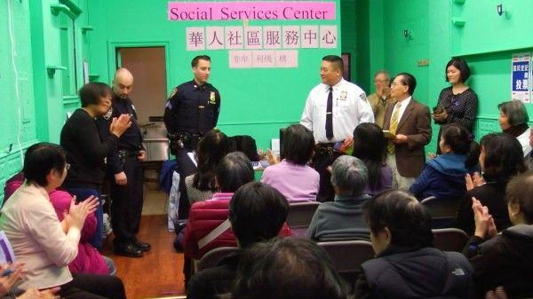 纽约警察局62分局  免费派交通安全用品