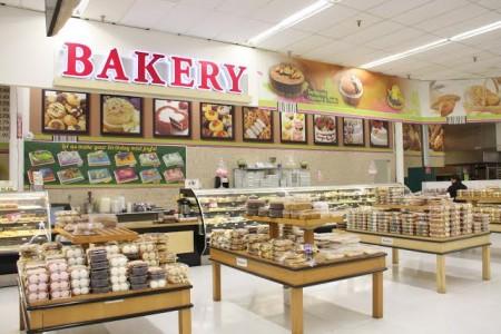 烘焙專櫃,新鮮製作的麵包、不甜膩的蛋糕、粗糧麥餅等等。(商家提供)