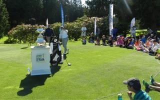 女子职业高尔夫球球员主持青少年活动