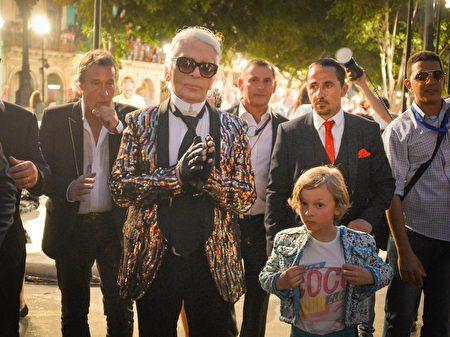 """2016年5月3日,香奈儿创意总监""""老佛爷""""卡尔拉格斐(前左)和他的教子 Hudson Kroenig出席了Chanel在古巴哈瓦那的拉丁美洲时装秀。(ADALBERTO ROQUE/ AFP)"""