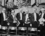 1962年諾貝爾獎獲獎者在瑞典斯德哥爾摩的合照。左四為文學獎得主約翰•斯坦貝克。(AFP)