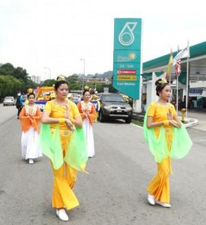 """2016年5月2日,马来西亚法轮功学员在雪兰莪州安邦太子园举办游行活动,与民众同庆、同祝""""世界法轮大法日"""",获得民众的欢迎。 (杨晓慧/大纪元)"""