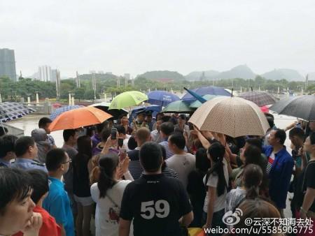 5月15日,廣西柳州市30余家私立幼兒園數百名家長到市政府討說法,因為懷疑幼兒園為兒童提供有問題「毒奶」。(網絡圖片)